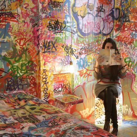 Grafiti viešbučio kambario interjere6