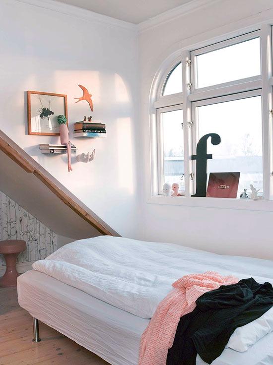miegamojo interjeras, arkinis langas