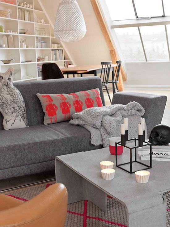 raudona pagalvėlė ant sofos svetainėje