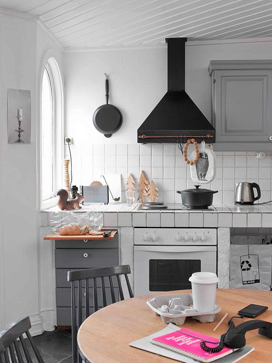 Juodas garų surinktuvas virtuvės interjere