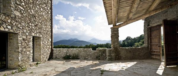 Akmeninis namo fasadas, kiemas