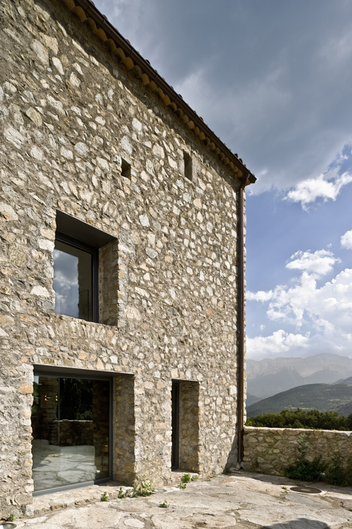 Langai akmeninio namo  fasade