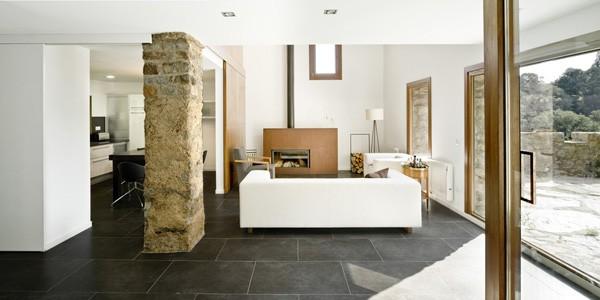Namo svetainės, virtuvės bendra erdvė, plytų kolona, eksterjeras