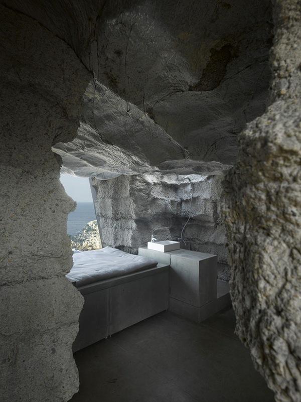 miegamojo ir vonios erdvės namo uolos interjere