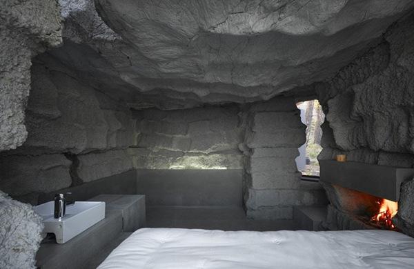 namo uolos interjeras, lova, židinys, kriauklė
