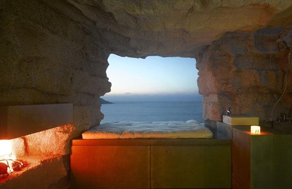 namo uolos interjeras, vaizdas pro miegamojo langą