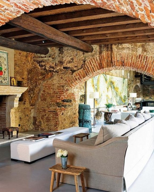 Rekonstrukcija, senos plytos, židinys, arka, svetainės interjeras