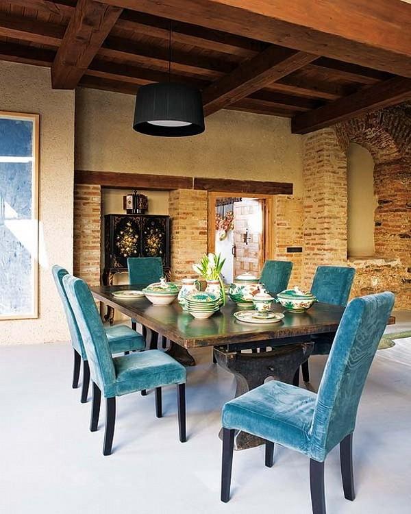 Rekonstrukcija, senos plytos, medinės sijos, stalas, kėdės, valgomojo interjeras