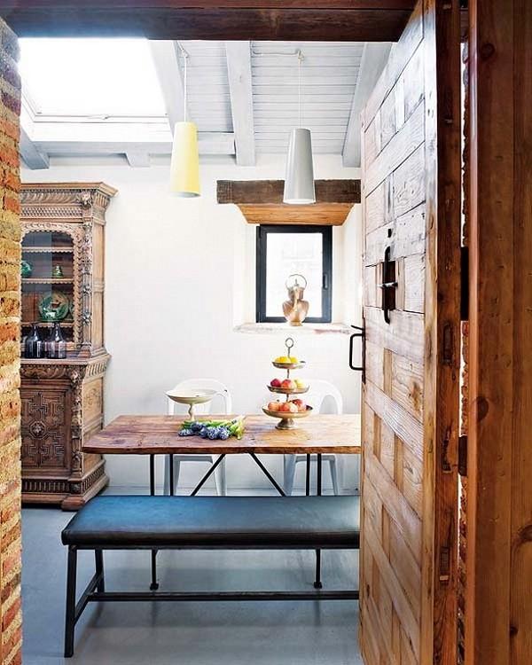 Rekonstrukcija, baltos medinės lubos, stoglangis, virtuvės interjeras