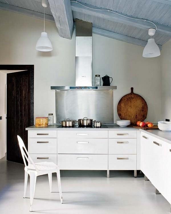 Rekonstrukcija, baltos medinės lubos, balti baldai, virtuvės interjeras
