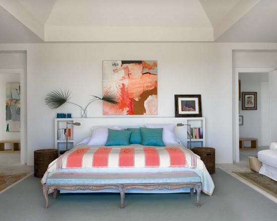 Miegamojo interjeras, lovos užtiesalai, paveikslai