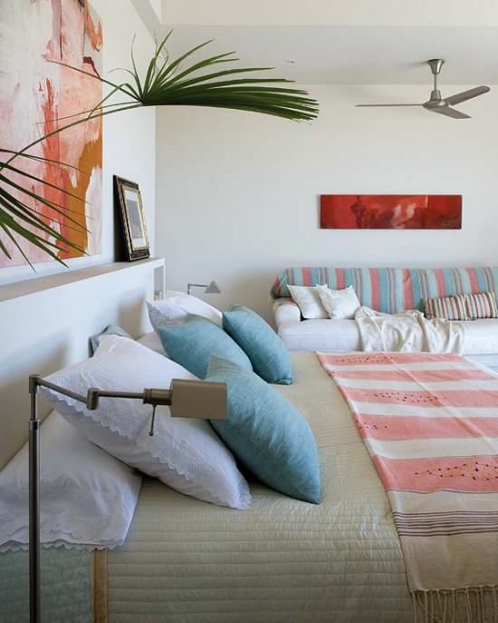 namo svetainės interjeras, paveikslai, pagalvėlės