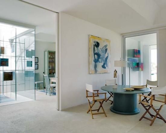 Svetainės interjeras, stiiklo siena, kėdės, staliukas