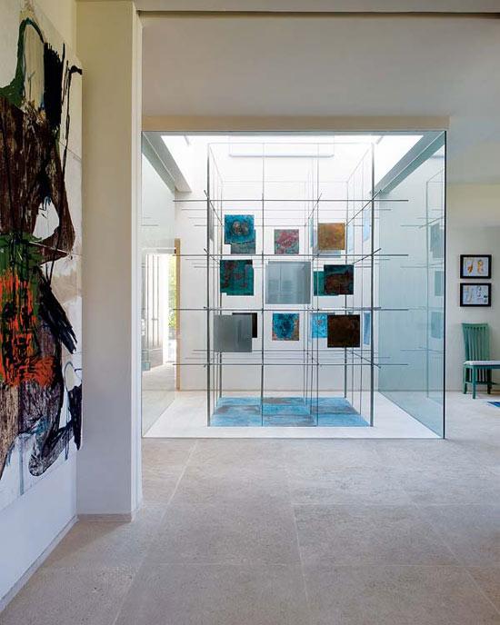Namo holo interjeras, stiklo siena, paveikslai