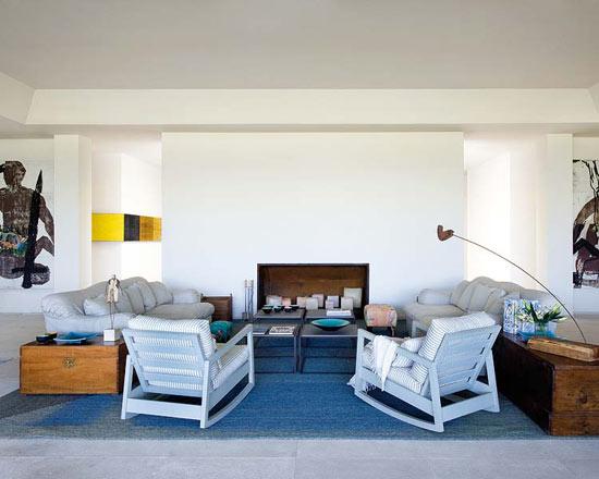 Namo svetainės kambarys, balti foteliai, sofos, sienos