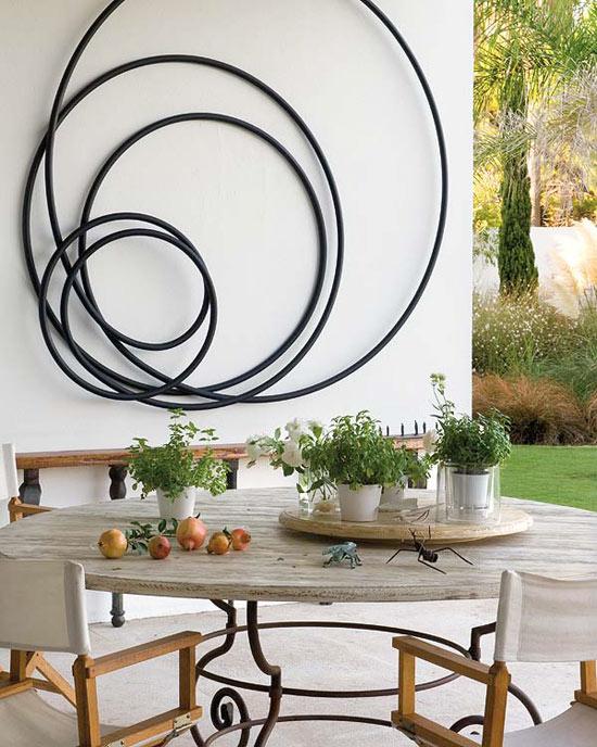 Namo lauko terasa, stalas, kėdės, dekoracija ant sienos
