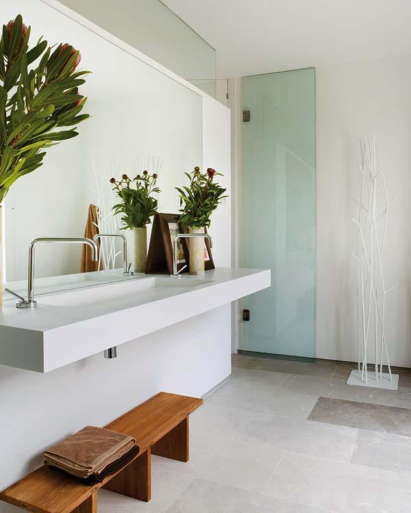 balta kriauklė vonios kambaryje