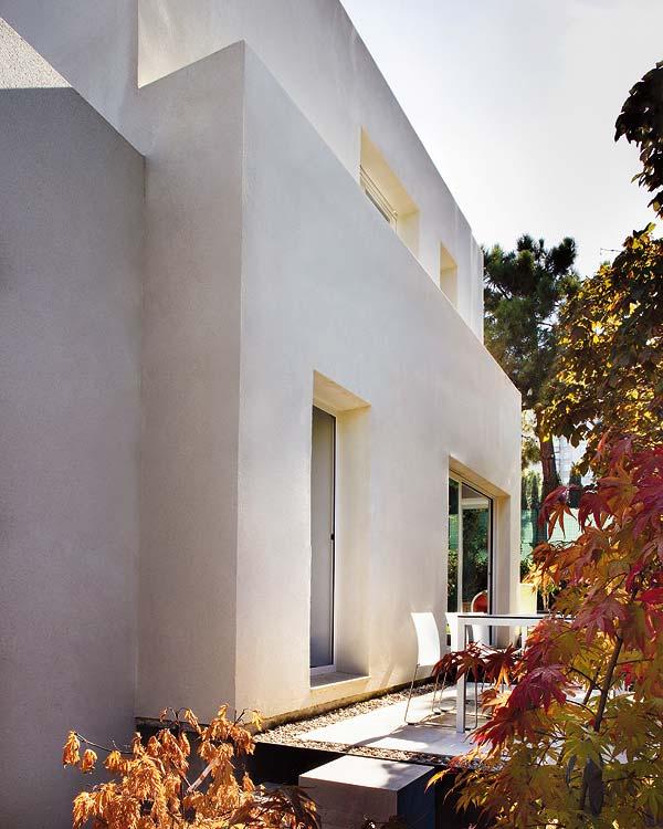 baltas namo fasadas
