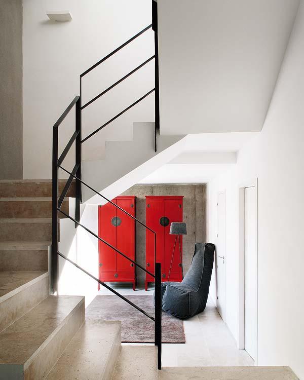 namo laiptinė, raudonos spintos