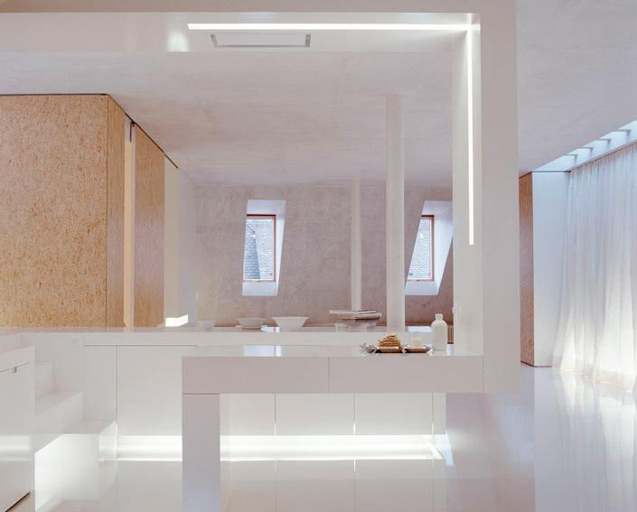 Balta palėpė virtuvės, valgomojo interjeras