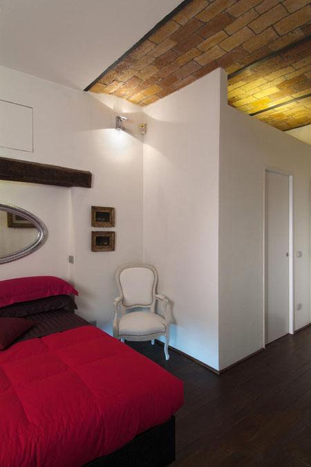 miegamojo interjeras, plytų lubos, sija sienoje