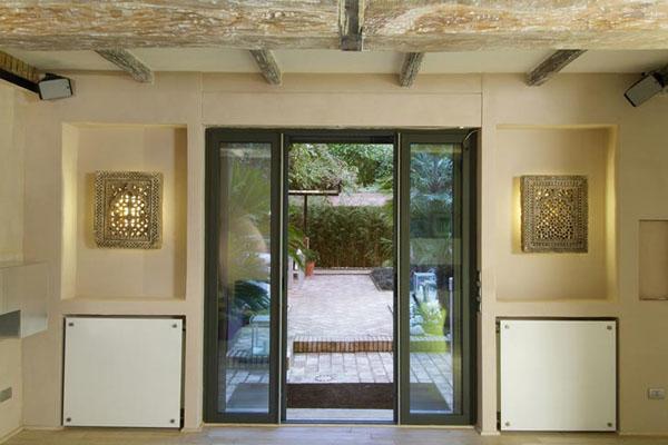 namo įėjimo durys, vaizdas į kiemelį