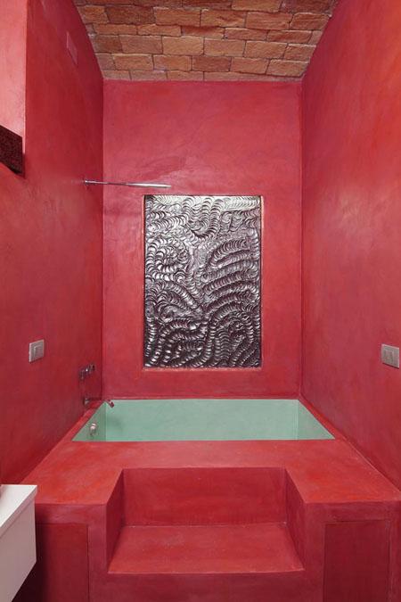 raudona spalva vonios interjere