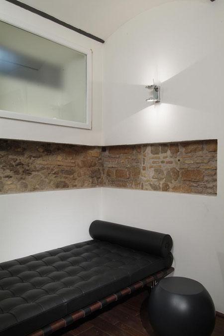poilsio kambario interjeras, plytų sienos dalis