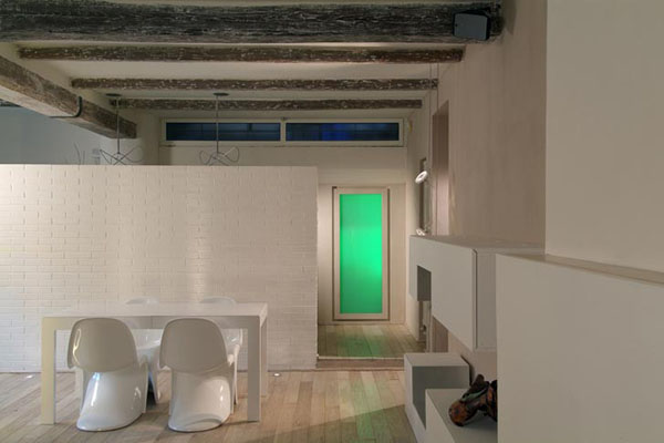 valgomojo erdvė, žalia šviesa, durys
