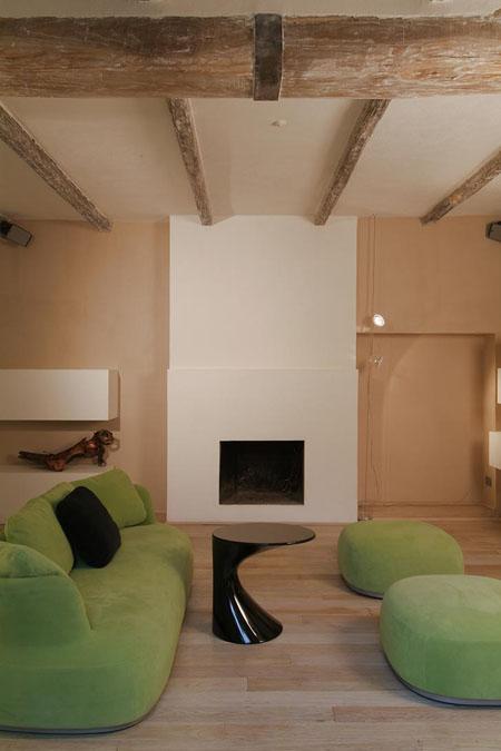 svetainės interjeras, žalsvi baldai, židinys, sijos