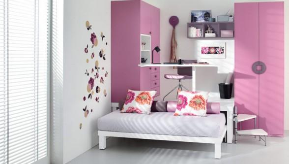 išradingas erdvės išnaudojimas vaiko ar paauglio kambaryje, rausva spalva