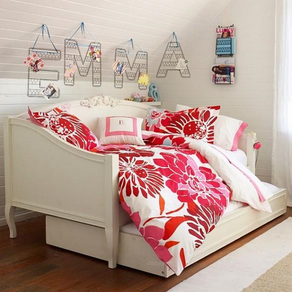 mergaitės kambario interjeras, raidės ant sienos