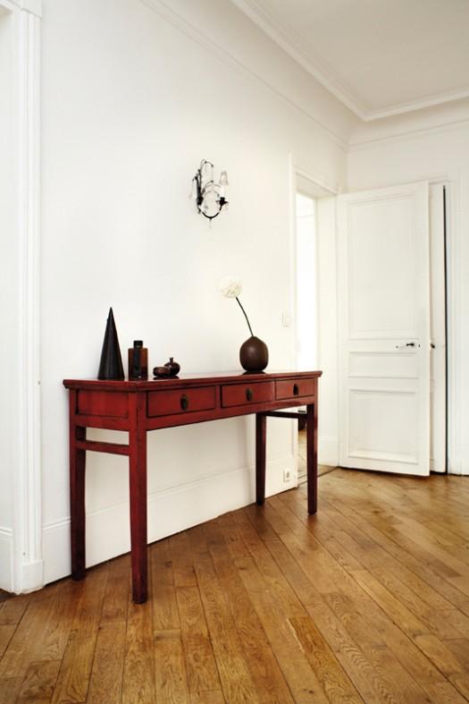 raudonas staliukas baltame kambaryje