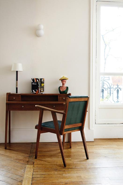 kėdė, stalas kambario interjere