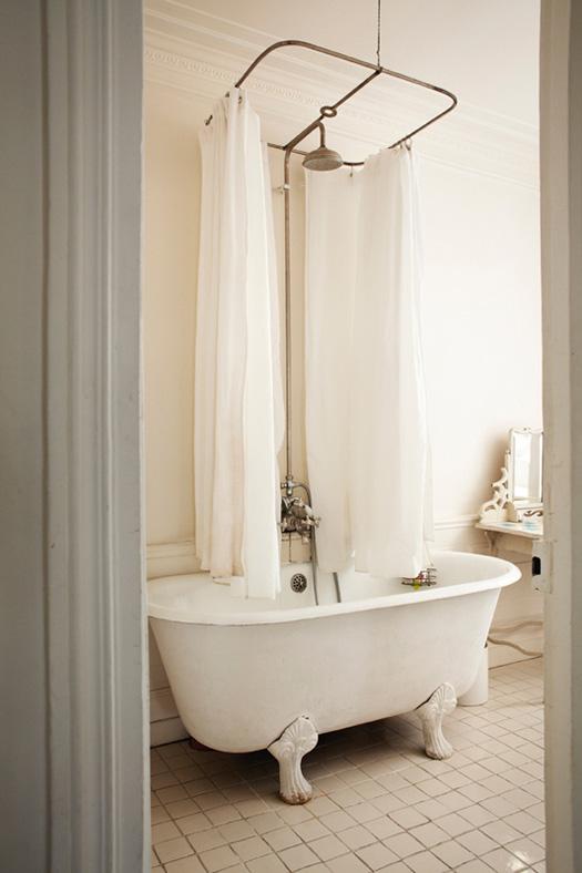 baltas vonios interjeras