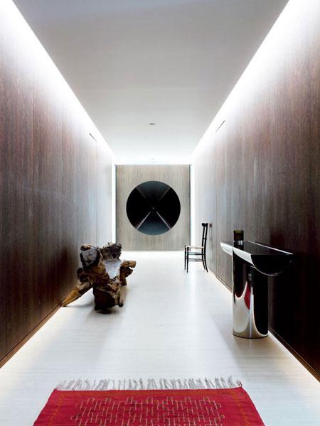 koridoriaus interjeras, apšvietimas po lubomis