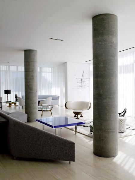 kolonos, baldai svetainės interjere