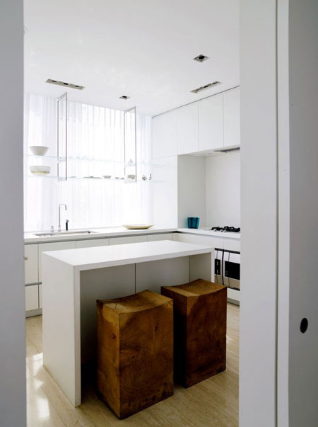 baltas virtuvės interjeras, medžio spalvos kėdės