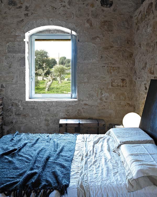 miegamojo interjeras, langas, lova, mėlynas užtiesalas