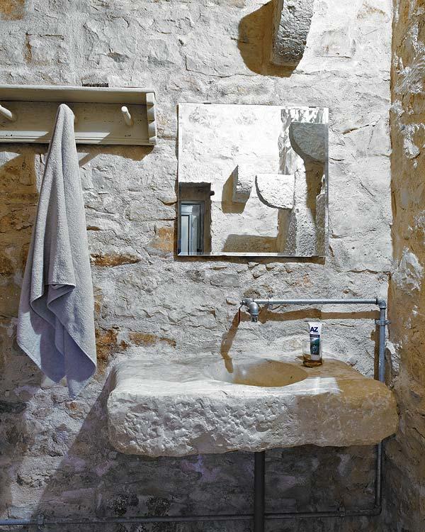 vonios interjeras, akmeninė kriauklė, veidrodis