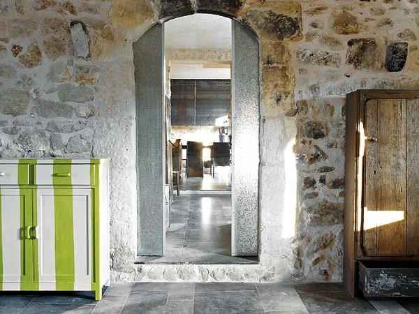 holo interjeras,juostuota spintelė, durys