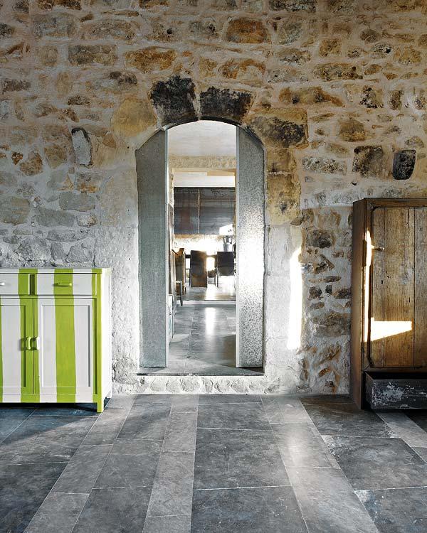 Niūriai paprastas ir žaviai nepaprastas namo interjeras