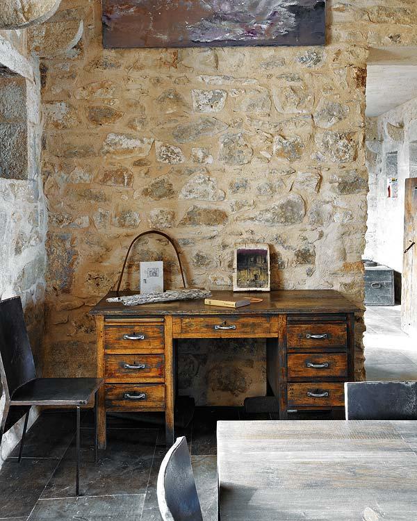 namo interjeras, stalas, kėdės, akmeninė siena