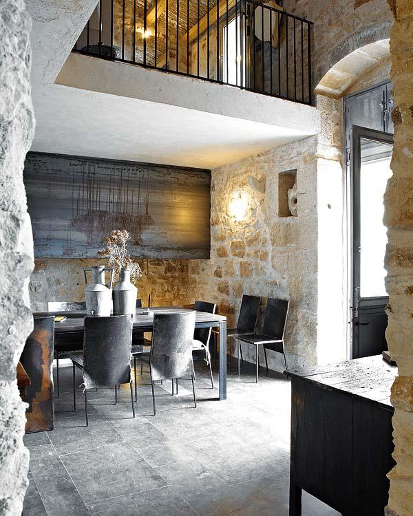 namo interjeras, stalas, kėdės, valgomojo erdvė