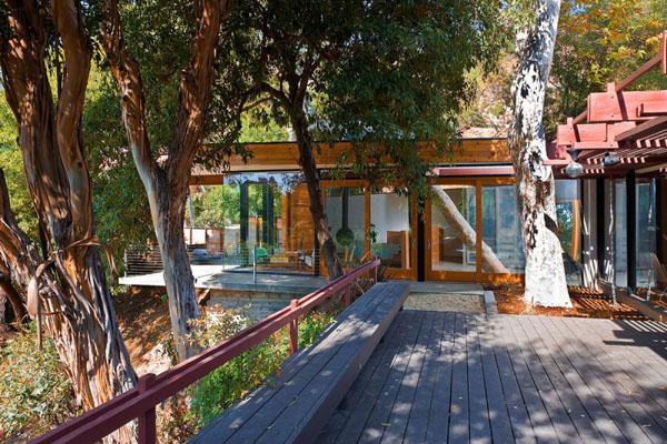 namo eksterjeras, medžiai, terasa, suolas, tvorelė