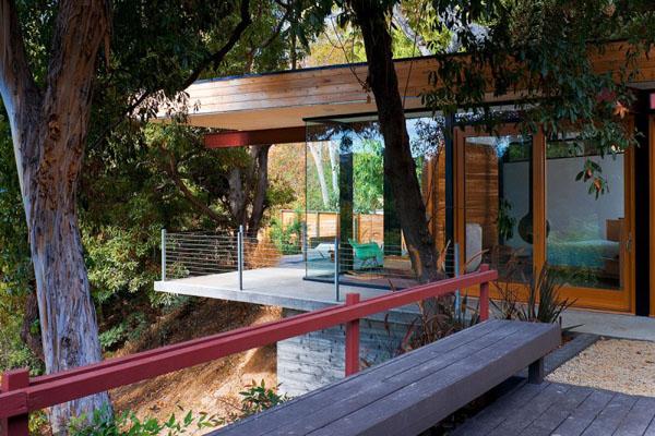 stiklas, medis namo fasade, terasos, tvorelės