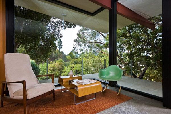 kėdė, fotelis, langai vitrinos kambaryje, terasa