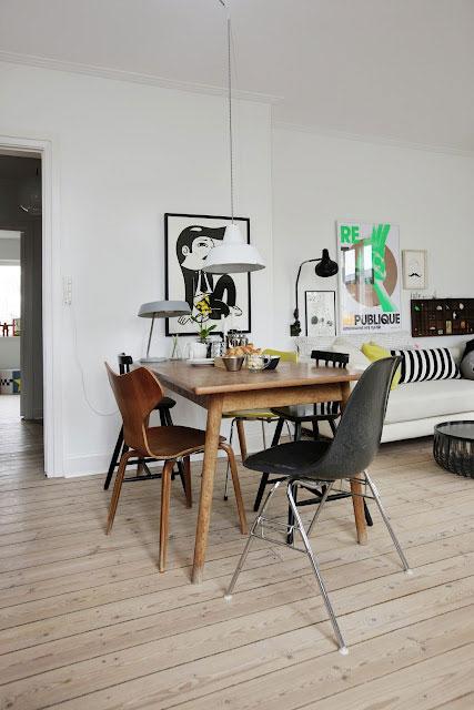 medinis stalas, kėdės, paveikslas, baltos sienos