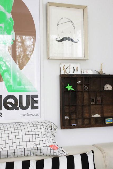 interjero detalės, lentynėlė, paveikslai, pagalvė