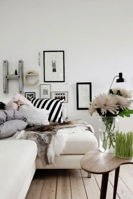 paveikslai, raidės ant sienos, lova, pagalvės, šviestuvas